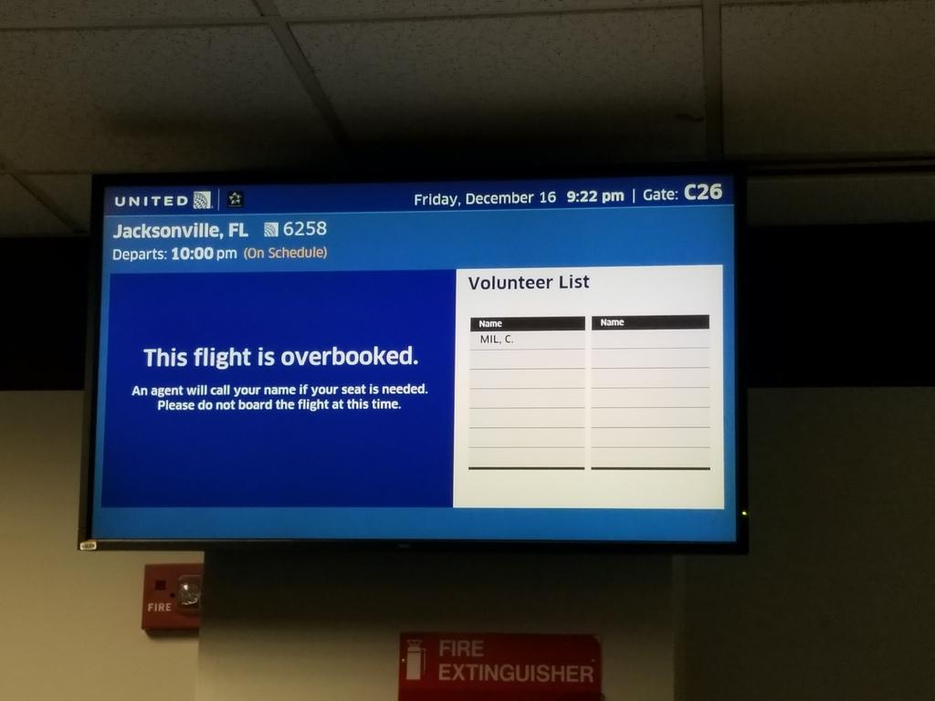 Painel da United Airlines solicitando voluntários